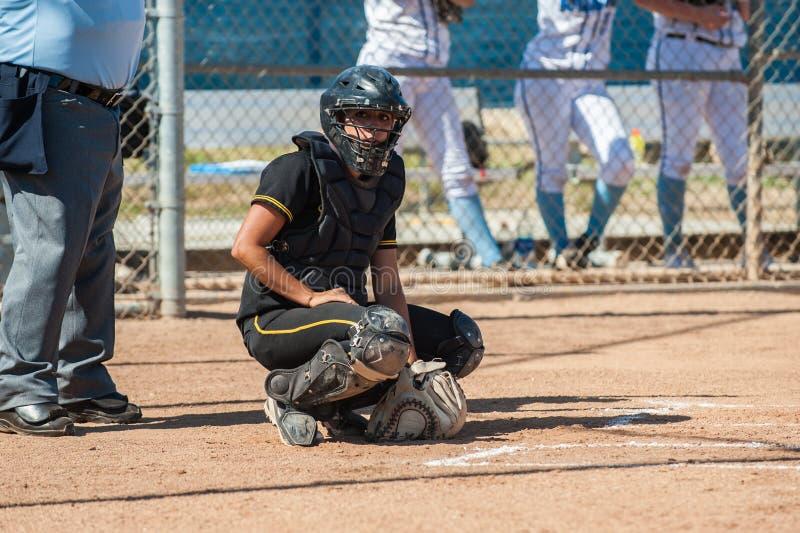 Catcher σόφτμπολ γυμνασίου στο πλήρες εργαλείο στοκ εικόνες