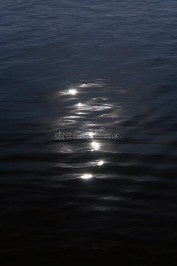 Catchlights de la luna en el agua fotos de archivo