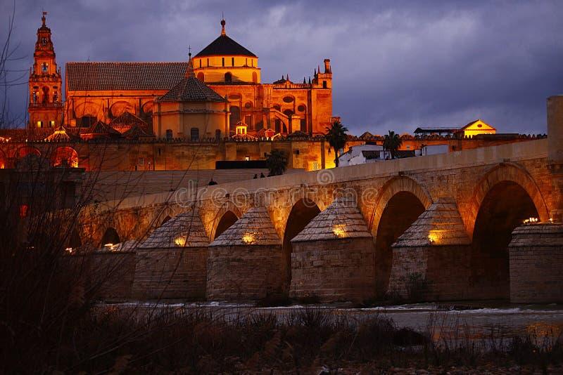 Catedrál y puente romano de Córdoba. Escena noctuna de la mezquita catedral de cordoba y el puente romano stock photography