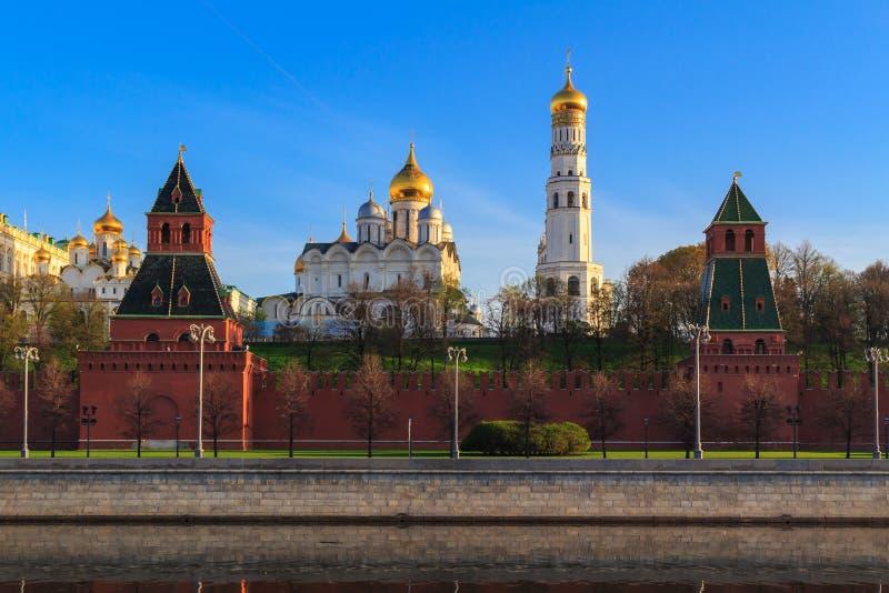 Catedrais do Kremlin de Moscou contra o céu azul em uma manhã ensolarada da mola imagem de stock royalty free