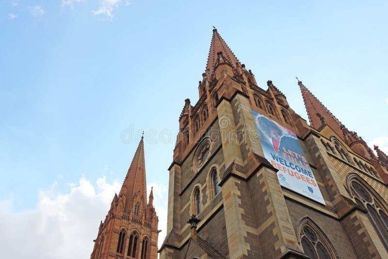 A catedral anglicana do St Paul histórico gótico-inspirado, indicar deixou-nos a bandeira inteiramente bem-vinda dos refugiados fotografia de stock royalty free