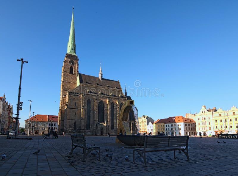 Catedral antiga de St Bartholomew no quadrado da república em Pilsen Plzen Fonte no primeiro plano imagem de stock