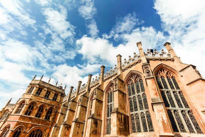 Catedral antiga vitoriano que raspa um céu azul claro nublado fotografia de stock