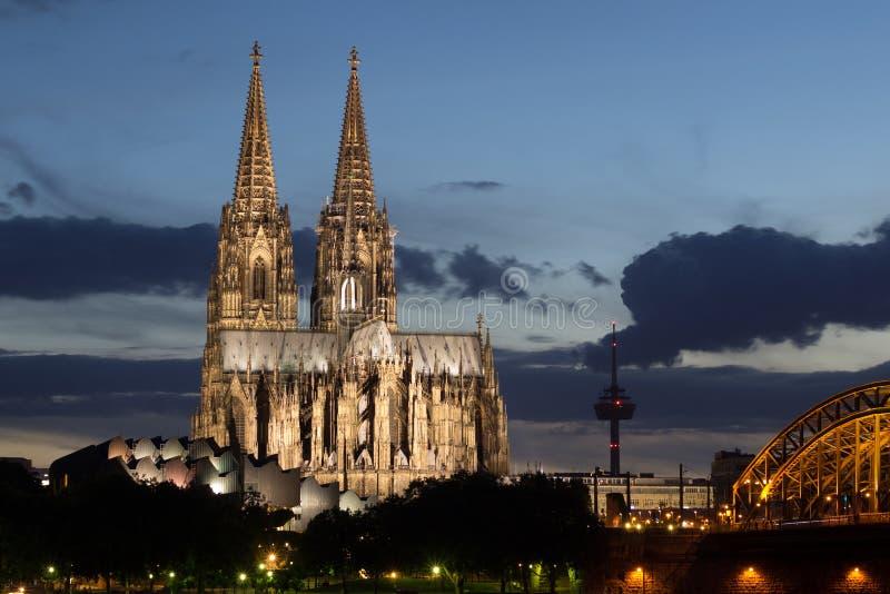 Catedral após o por do sol na água de Colônia, Alemanha imagens de stock royalty free