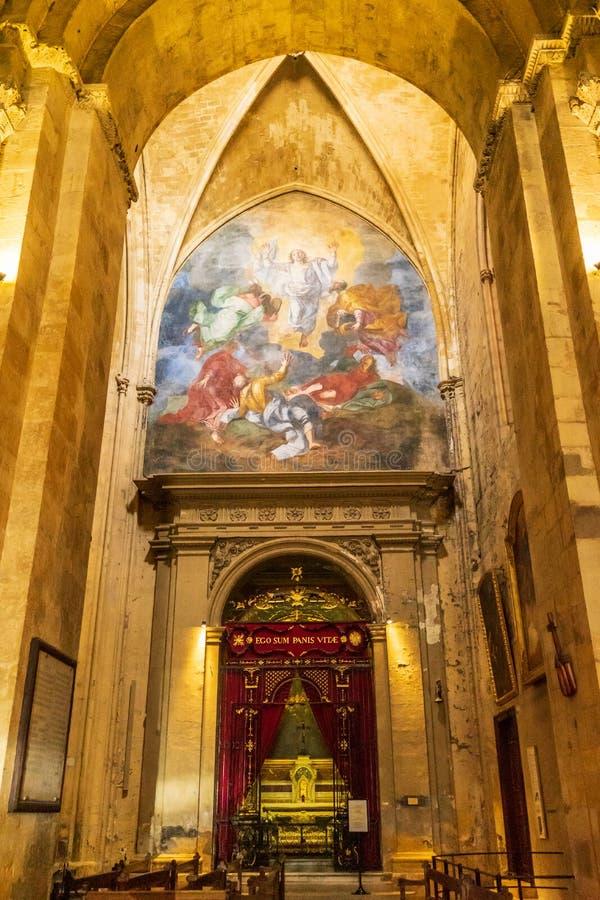 Catedral, autel e pintura de Saint Sauveur imagem de stock
