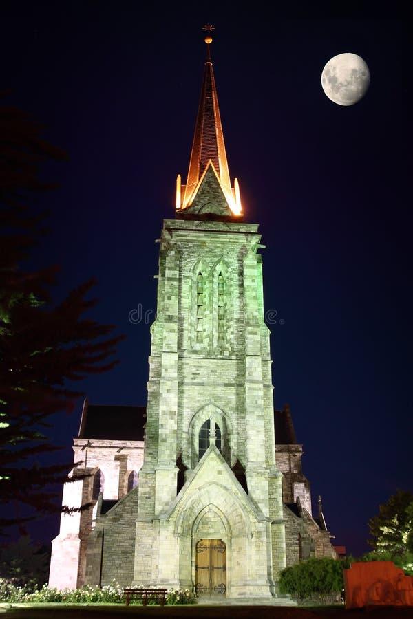 Catedral bij nacht met de maan stock fotografie