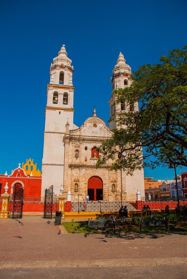 Catedral, Campeche, México: Plaza de la Independencia, em Campeche, cidade velha do ` s de México de San Francisco de Campeche fotografia de stock