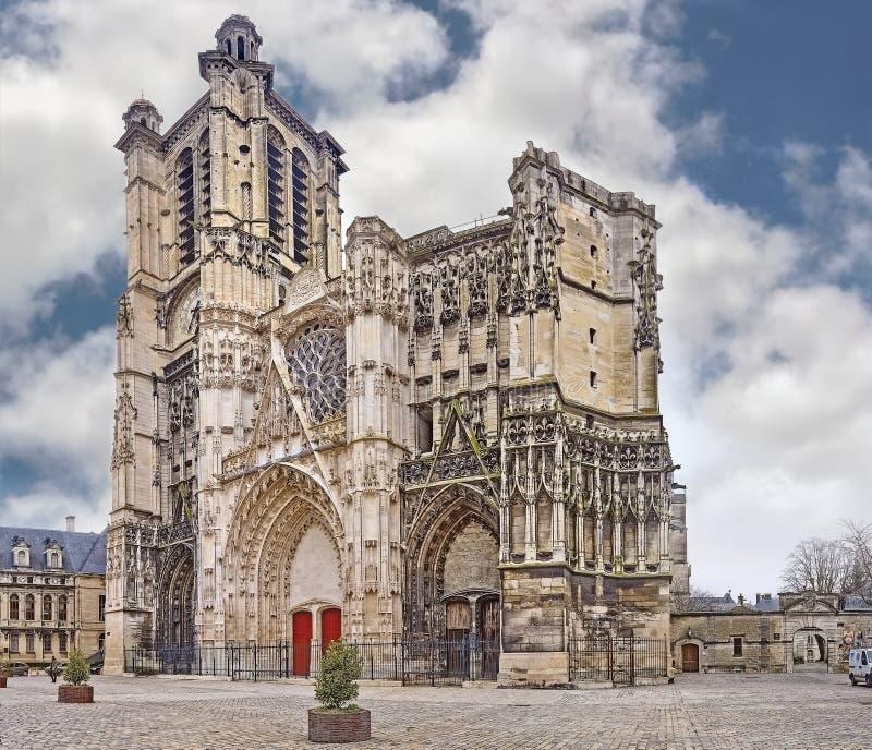 Catedral católica da catedral de Saint Peter e Paul na cidade de Troyes (França) no dia de verão imagens de stock