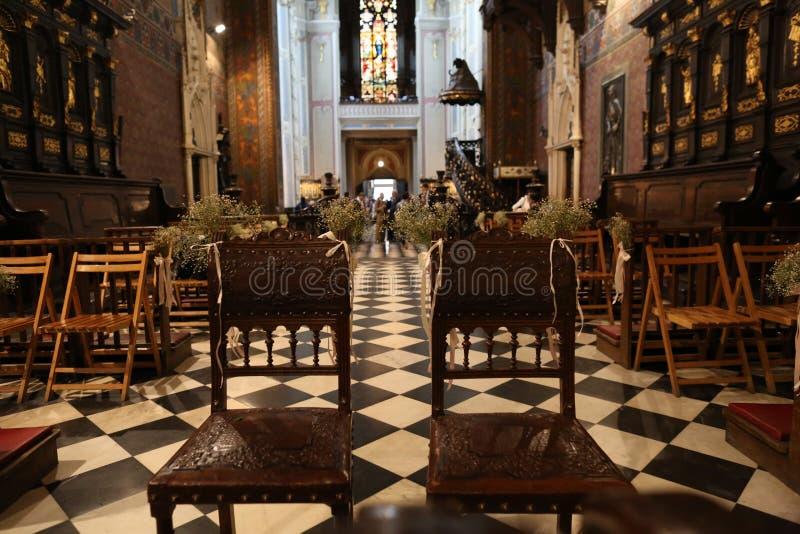 catedral católica de la arquitectura majestuosa dentro de columnas foto de archivo