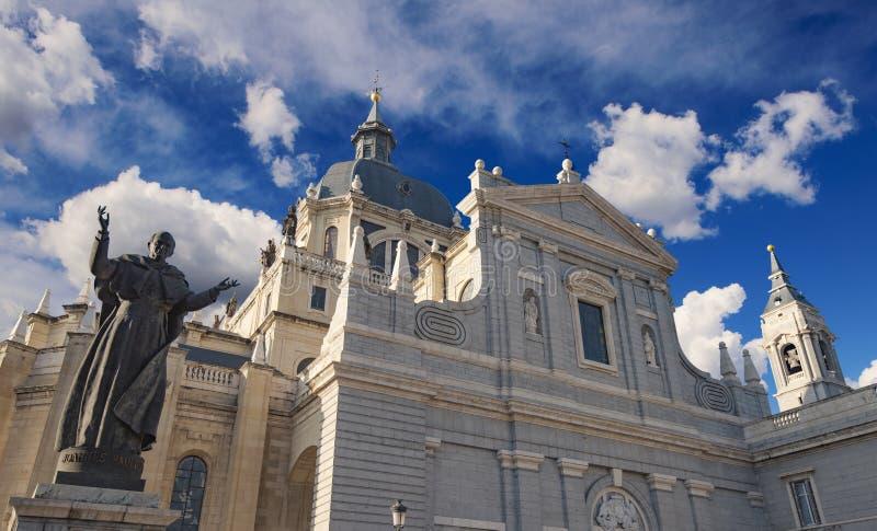 Catedral católica en Madrid y la estatua de papa Juan Pablo II fotografía de archivo