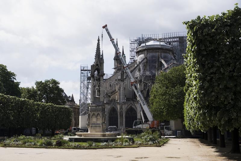 Catedral católica medieval después del fuego, vista posterior del Notre-Dame de Paris Trabajo de renovaci?n imágenes de archivo libres de regalías