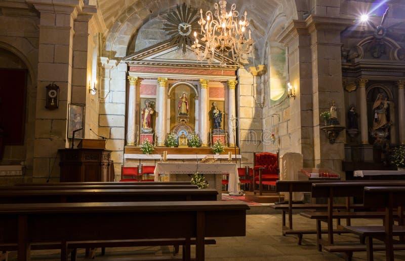 Catedral católica vazia Altar da igreja com candelabro, esculturas de Saint e bancos Interior da igreja com altar imagem de stock