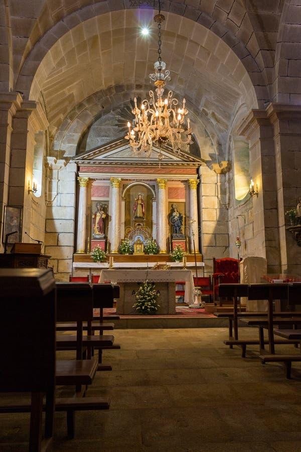 Catedral católica vazia Altar da igreja com candelabro, esculturas de Saint e bancos Interior da igreja com altar fotos de stock royalty free