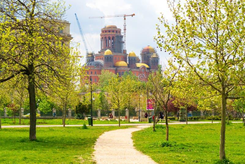 Catedral Catedrala Mantuirii Neamului do salvação do pessoa como visto do parque Parcul Izvor de Izvor em Bucareste, Romênia fotos de stock