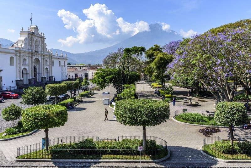 Catedral, Central Park & vulcão da água, Antígua, Guatemala fotos de stock