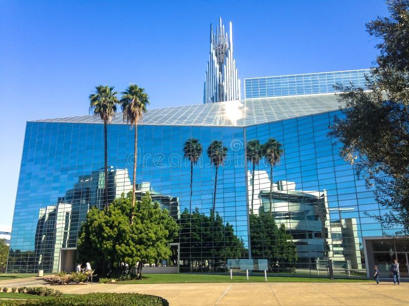 Catedral cristalina de la arboleda del jardín Reflexiones en la superficie del espejo EE.UU. Primavera 2015 fotos de archivo
