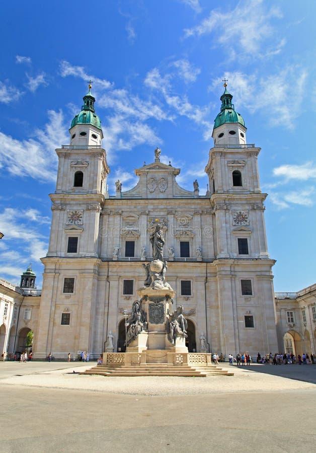 A catedral da abóbada no centro de cidade de Salzburg foto de stock