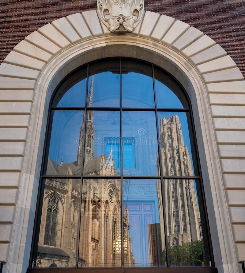 Catedral da aprendizagem e do Heinz Chapel na universidade de Pittsburgh imagem de stock