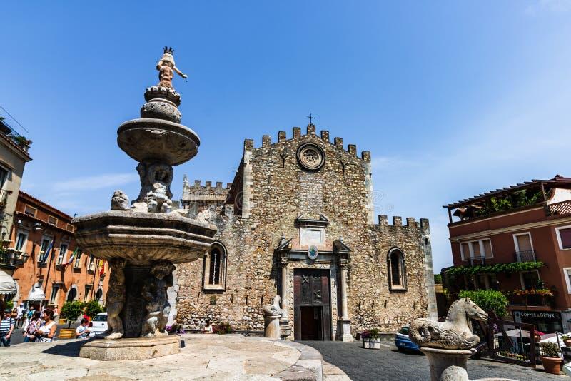 Catedral da cidade de Taormina e fonte de Piazza Duomo foto de stock
