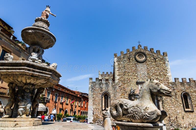 Catedral da cidade de Taormina e fonte de Piazza Duomo imagens de stock