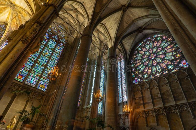 Catedral da cidade medieval Fortified de Carcassonne em França fotografia de stock