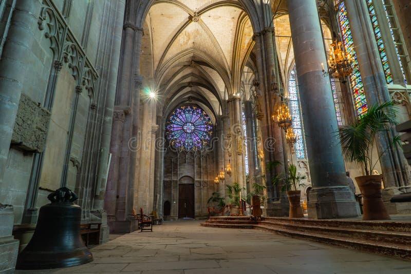 Catedral da cidade medieval Fortified de Carcassonne em França imagens de stock