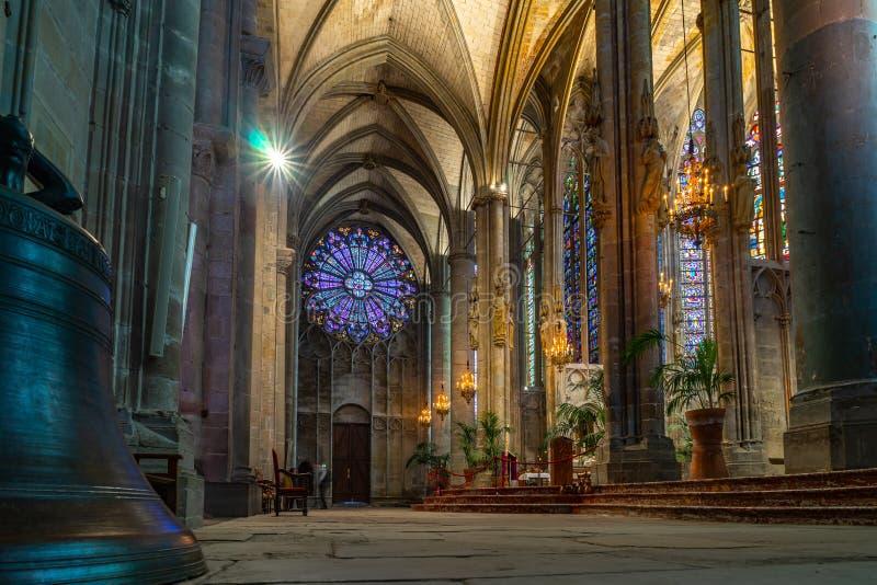 Catedral da cidade medieval Fortified de Carcassonne em França imagem de stock