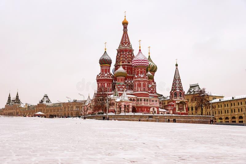 A catedral da manjericão do St, Moscou, Rússia (opinião do inverno) imagens de stock royalty free