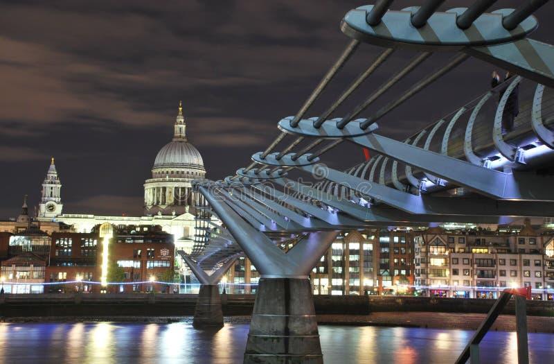 Catedral da ponte e do St Paul do milênio fotos de stock