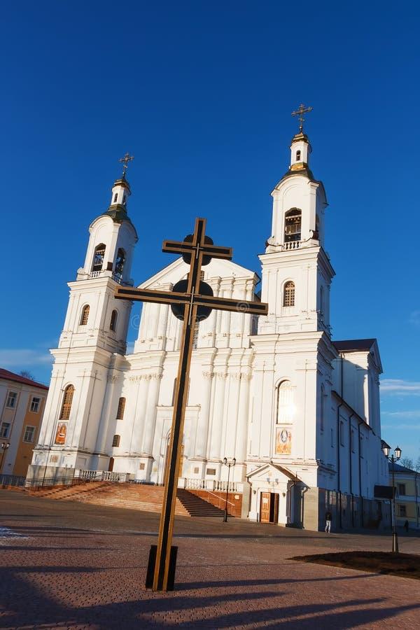 Catedral da suposição e da cruz grande. imagens de stock royalty free