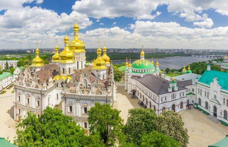 Catedral da suposição e igreja do refeitório de Kyiv Pechersk Lavra fotografia de stock royalty free