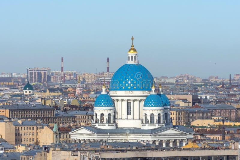 Catedral da trindade com uma abóbada azul e estrelas do ouro no fundo dos telhados na cidade de St Petersburg foto de stock royalty free