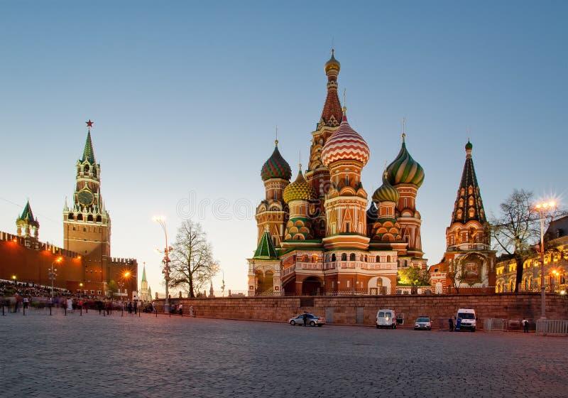 Catedral das manjericões de Saint na noite, quadrado vermelho, Moscou foto de stock