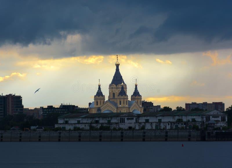 Catedral de Alexander Nevsky en Nizhny Novgorod Rusia Cielo tempestuoso en la puesta del sol imagenes de archivo