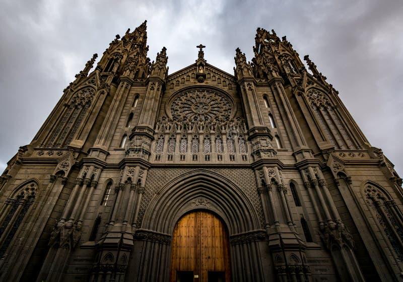 Catedral de Arucas (igreja de San Juan Bautista) em um dia nebuloso, Gran Canaria, Espanha imagem de stock