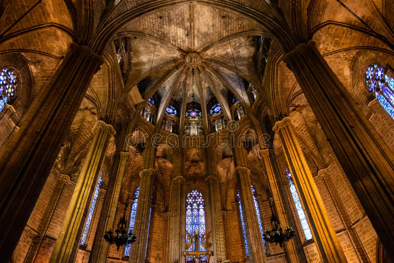 A catedral de Barcelona, detalhe do coro lightful no estilo gótico típico com as janelas de vidro elegantes Barri Gotic, fotografia de stock royalty free