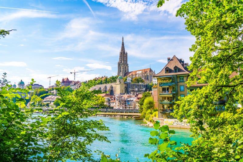 Catedral de Bern City e de Berner Munster em Suíça imagens de stock royalty free