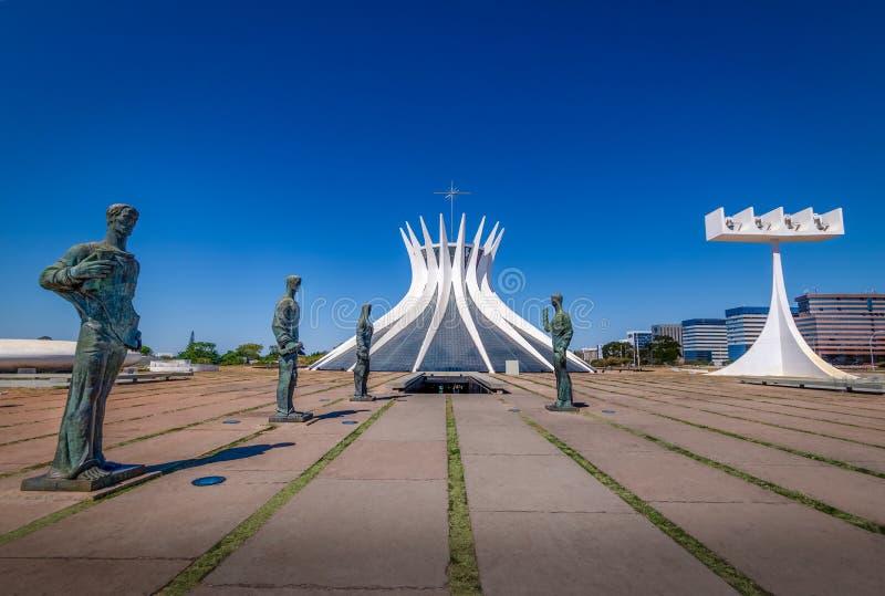 Catedral de Brasília e evangelista Sculptures - Brasília, Brasil foto de stock royalty free