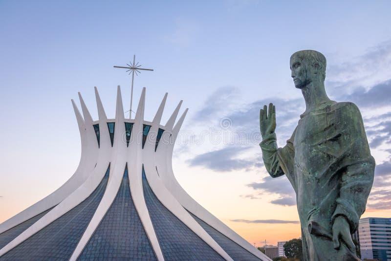 Catedral de Brasília e evangelista Sculptures - Brasília, Brasil fotos de stock