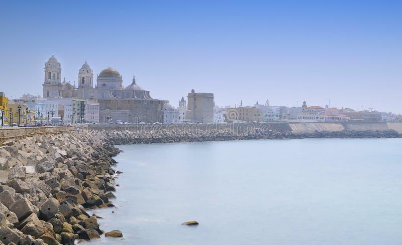 Download Catedral de Cadiz. foto de stock. Imagem de seawall, coastline - 26503726