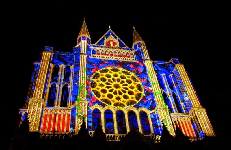 Catedral de Chartres com as luzes da noite imagem de stock royalty free