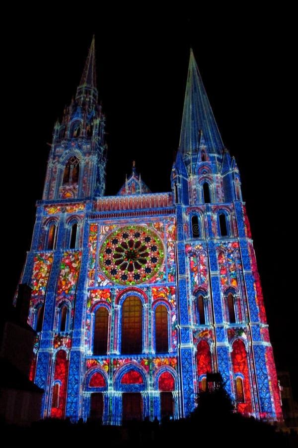 Catedral de Chartres iluminada com as luzes da noite fotos de stock royalty free