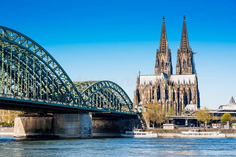Catedral de Colónia e ponte hohenzollern foto de stock royalty free