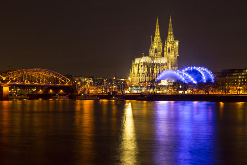 Catedral de Colonia (Dom de Kolner) el Nochebuena en la oscuridad fotografía de archivo libre de regalías