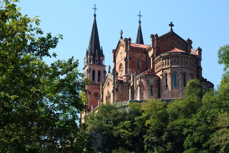 Catedral de Covadonga na floresta imagens de stock