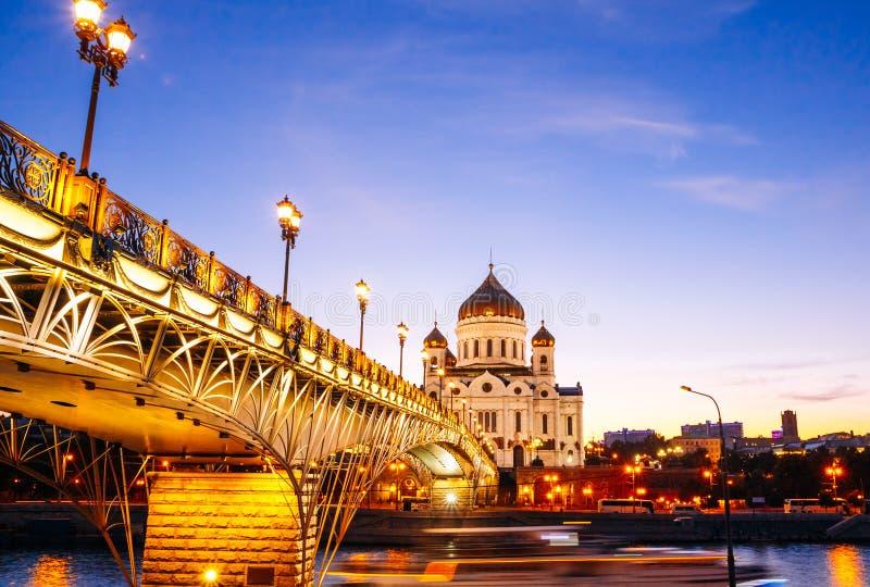Catedral de Cristo el salvador y el llevar del puente peatonal imagen de archivo libre de regalías