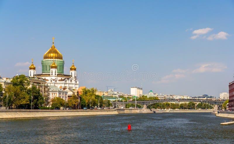 Catedral de Cristo el salvador y el puente de Patriarshy en Moscú fotos de archivo libres de regalías