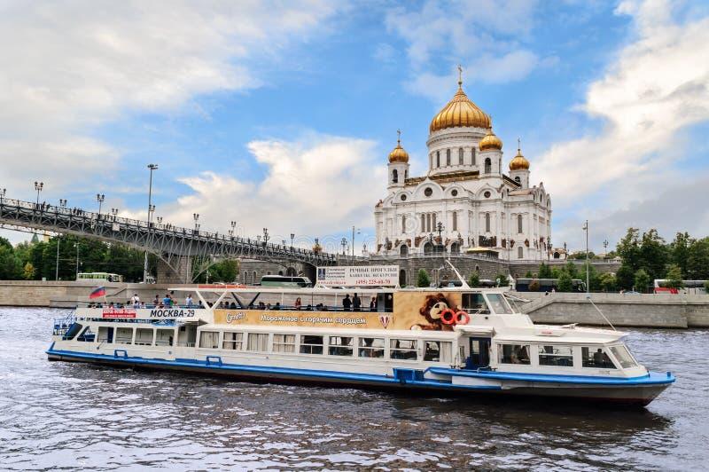 A catedral de Cristo o salvador e o Patriarshy constrói uma ponte sobre imagem de stock royalty free