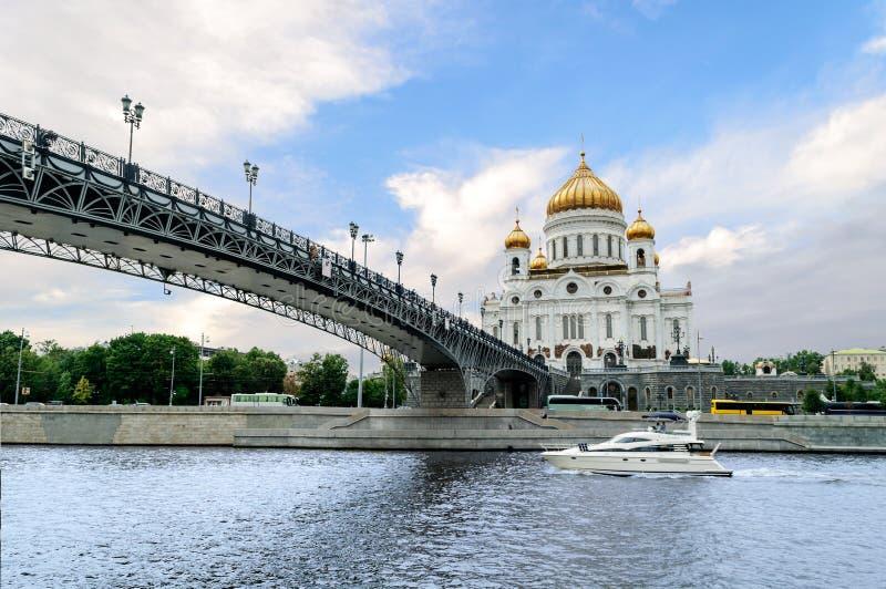 A catedral de Cristo o salvador e o Patriarshy constrói uma ponte sobre foto de stock royalty free