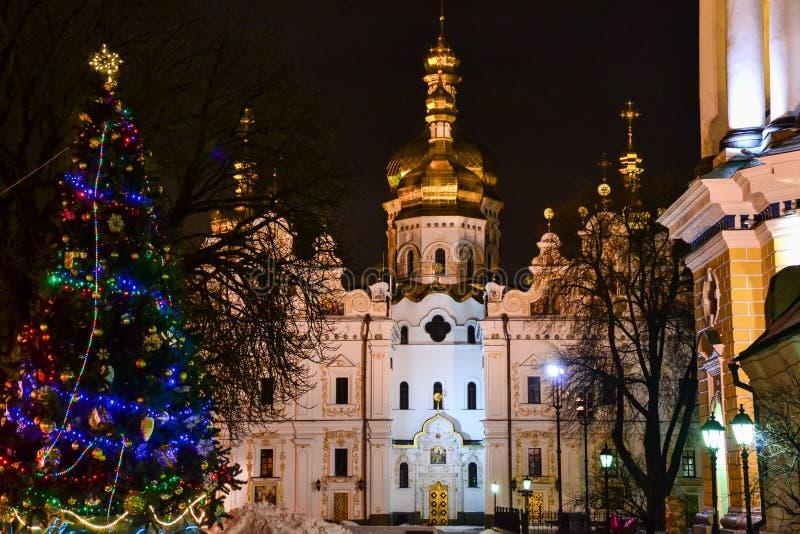 Catedral de Dormition e árvore de Natal na noite fotografia de stock royalty free